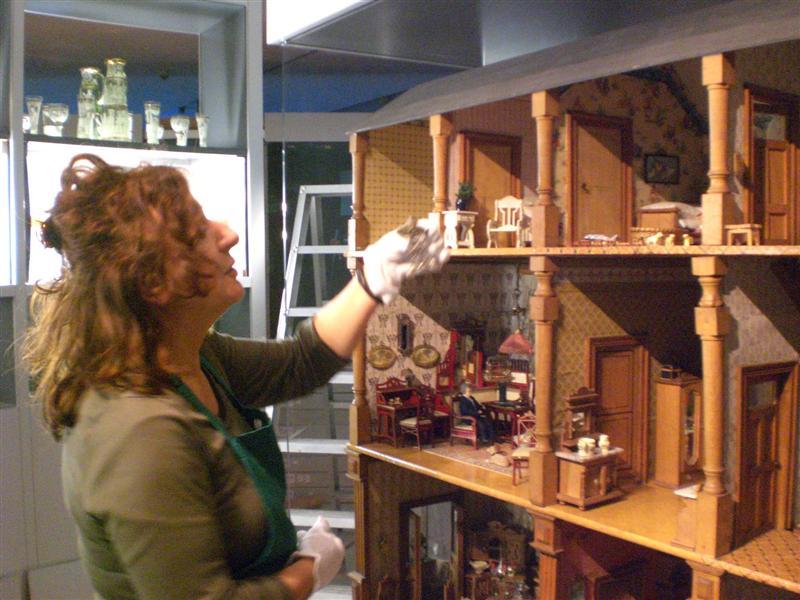 historisches museum frankfurt: Das Puppenhaus Weller wird eingepüackt