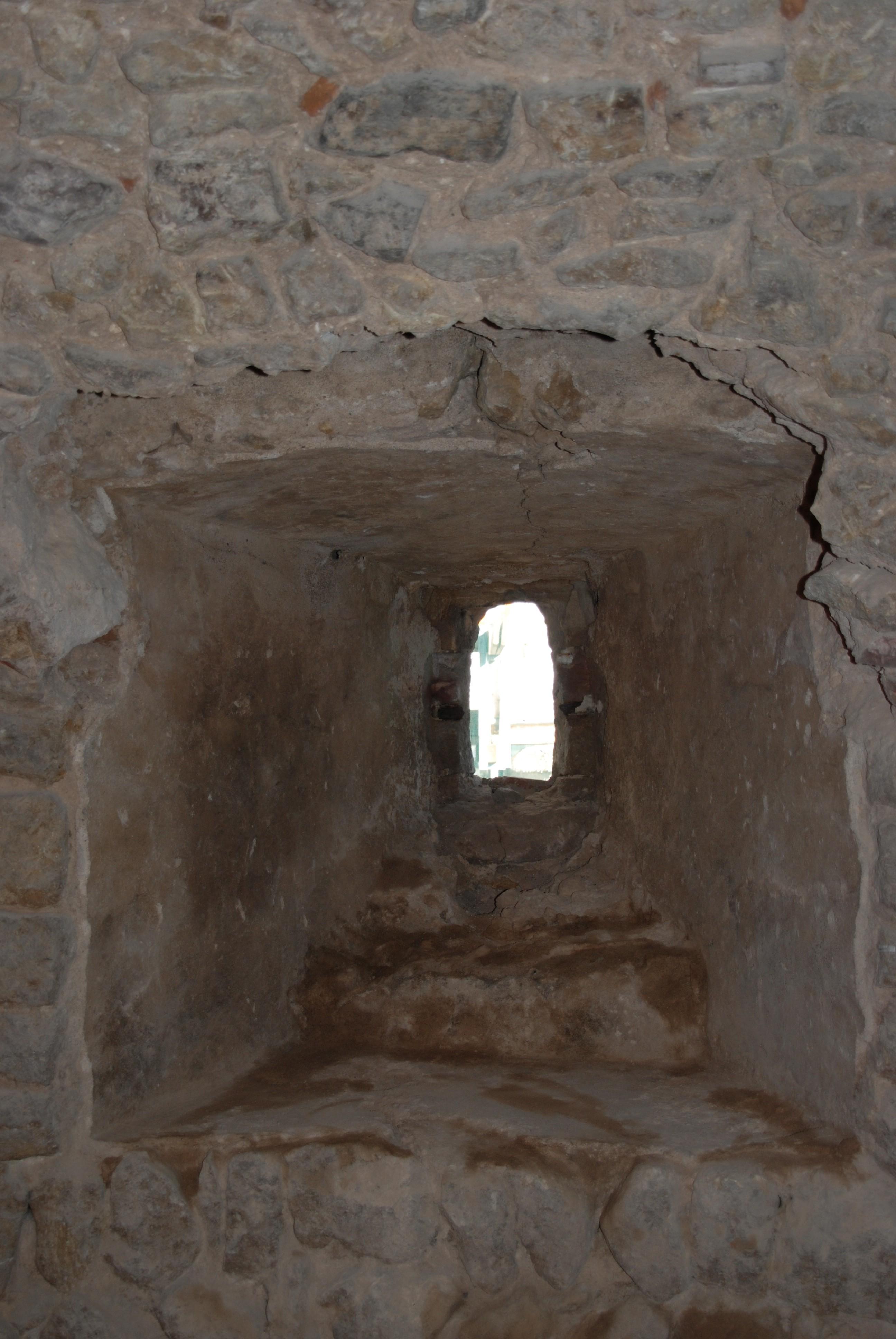 die neu entdeckte Schießscharte ist als erhaltenes Bauelement der Stauferzeit ein Juwel