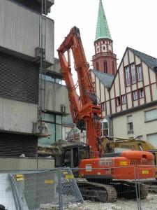Der Abrissbagger beginnt im Osten des historischen museums frankfurt