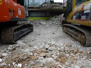Das historische museum frankfurt wird zu kleinen Betonsteinen zerbröselt