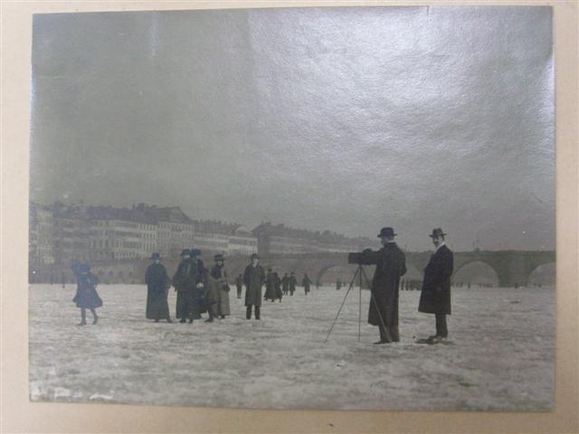 historisches museum frankfurt: Fototermin auf dem Main vor der Alten Brücke