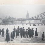 historisches museum frankfurt: Spaziergänger auf dem vereisten Main