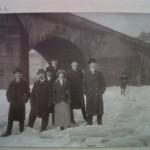historisches museum frankfurt: Gruppenbild mit Dame vor der Alten Brücke