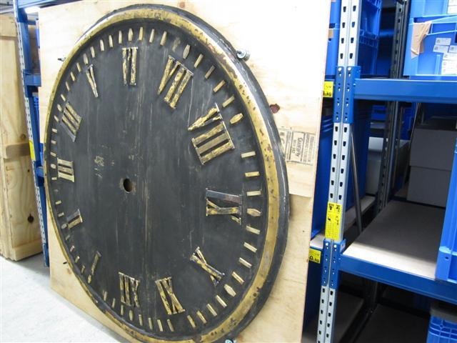 historisches museum frankfurt: Das Ziffernblatt der Uhr vom Rententurm vor der Restaurierung