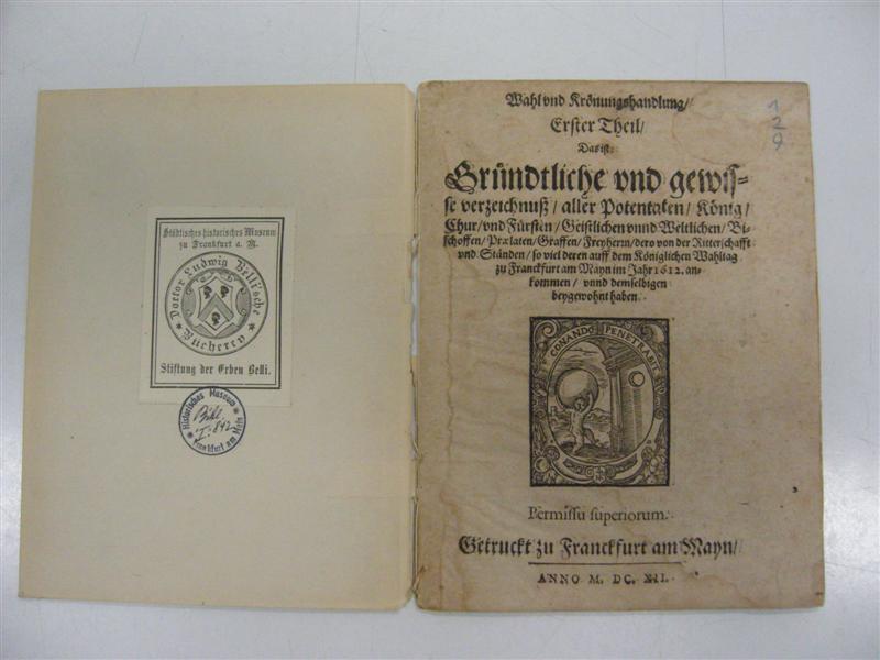 historisches museum frankfurt: Beschreibung der Krönung von Kaiser Matthias 1612 mit Druckmarke der Frankfurter Werkstatt Weys; auf dem Umschlageinband ist das Exlibri der Sammlerfamilie, von der das Werk in das historische museum gelangte