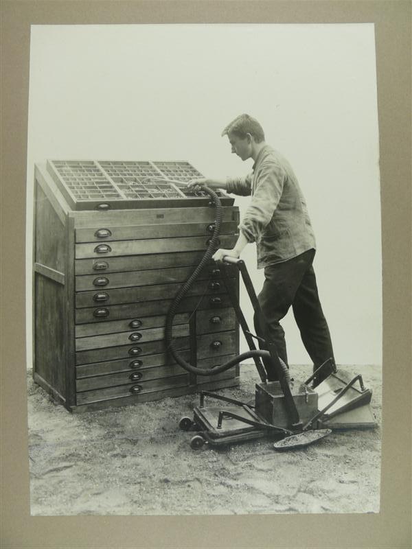 Reinigung von Setzkästen bei der Stempel AG, Fotografie um 1920 bis 1930 (c) historisches museum frankfurt