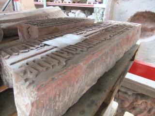 Der aus der im Zweiten Weltkrieg zerstörten Weißfrauenkirche stammende Stein zeigt den Wasserstand des Magdalenenhochwassers 1342 an.