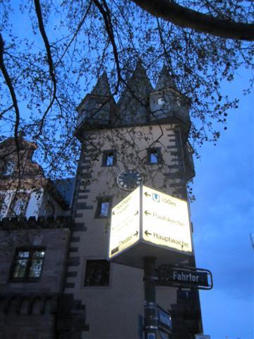 historisches museum frankfurt: Rententurm mit einer Art Straßenlaterne