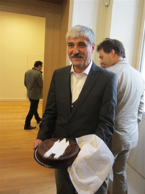 historisches museum frankfurt: Übergabe der Gebäude: Bauleiter mit Rententurm-Kuchen als Dankeschön