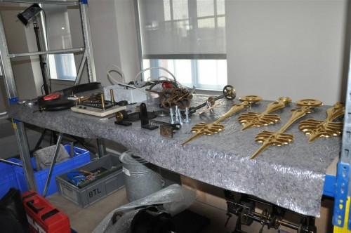 historisches museum frankfurt: Die goldenen Zeiger und weitere Exponat-Teile liegen zum Transport z bereit