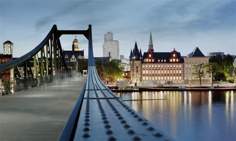 Blick auf das frisch sanierte historische museum vom Eisernen Steg (c) historisches museum frankfurt, Foto: J. Baumann