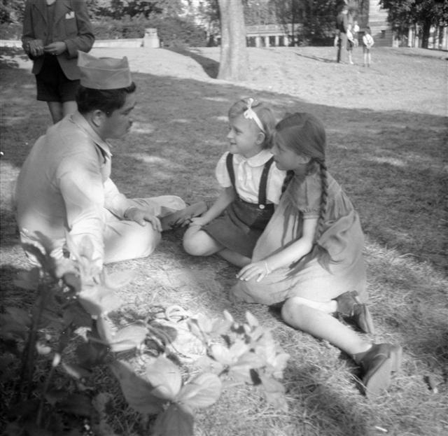Gallusanlage, Sommer 1946: Zwei Frankfurter Mädchen mit einem amerikanischen Soldaten (c) Foto: Fred Kochmann / Institut für Stadtgeschichte Frankfurt am Main