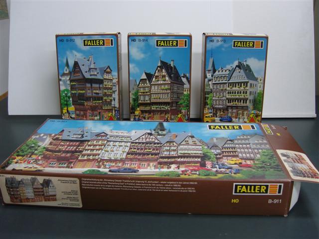 """Faller Modellbausatz """"Ostzeile B-911"""" mit den drei Modellschachteln der Fachwerkhäuser (c) historisches museum frankfurt"""