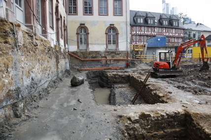 Blick auf das noch offenliegende Ausgrabungsfeld vor dem Saalhof mit dem archäologischen Fund (c) historisches museum frankfurt