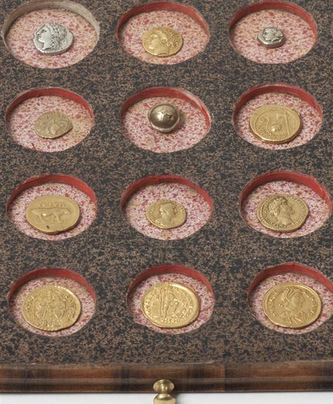 historisches museum frankfurt: Sammler Glock – Detail einer Muenzlade
