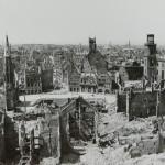 historisches museum frankfurt: Blick vom Dom auf den Römerberg im April 1944_Ph1785