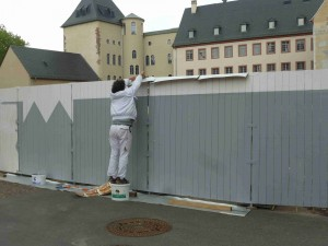 historisches museum frankfurt: Bauzaun-Bemalung mit Regenschutz