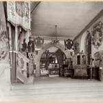 historisches museum frankfurt: Große Halle im Leinwandhaus, Ausstellungsräume des hmf, 1906. Im Hintergrund jüdische Ritualgegenstände, Foto: H. Ziegenfusz