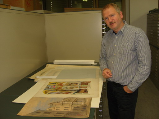 historisches museum frankfurt: Kurator mit Zeichnungen von Burnitz, Foto: C. Henß