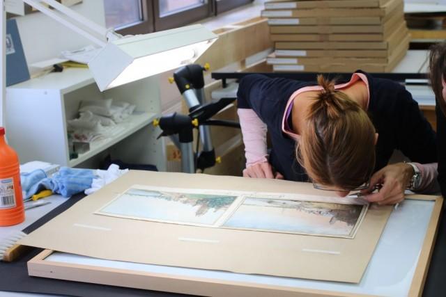 historisches museum frankfurt: Jedes Bild wird genau untersucht… Foto: C. Henß