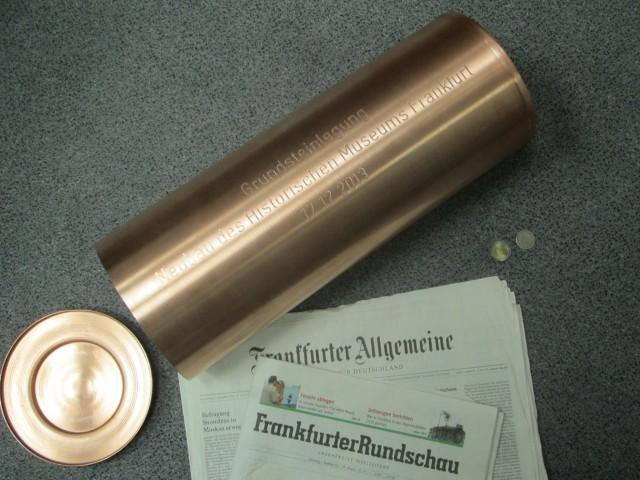 historisches museum frankfurt: Kartusche für die Grundsteinlegung