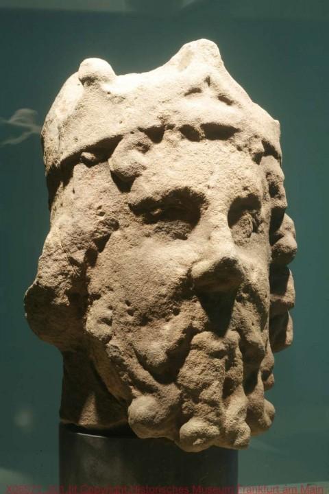 historisches museum frankfurt: Kopf des Standbildes Karls des Großen vom Frankfurter Gallustor, um 1365, Sandstein, hmf Inv.-Nr X06571