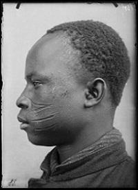 historisches museum frankfurt: Der Gefangene Lusáni Tsisé um 1914, aus der Region Dédougou (Burkina Faso). Foto: Frobenius Institut