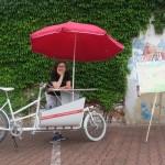historisches museum frankfurt: Franzi Mucha und mein Frankfurt-Modell Fahrrad (c) hmf
