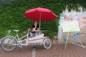 historisches museum frankfurt: Die Projektleiterin Franziska Mucha und mein Frankfurt-Modell Fahrrad