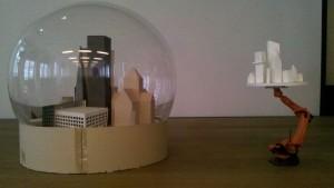 historisches museum frankfurt: Modell eines Modells – die Schneekugel und der Roboterarm