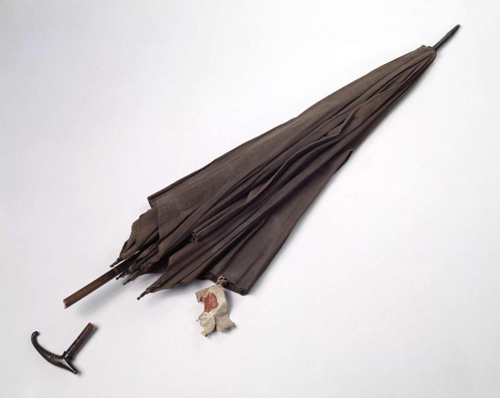 """historisches museum frankfurt: Regenschirm der Henriette Zobel, angehängtes Etikett mit Frankfurter Amtssiegel und handschriftlichem Vermerk """"Henriette Zobel"""", Frankfurt am Main, um 1848, Holz, Metall, Leinenbespannung"""