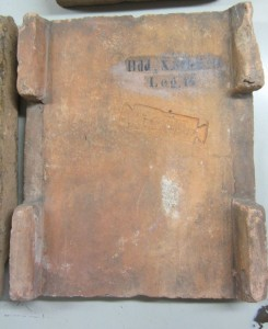 historisches museum frankfurt: Römischer Dachziegel der 14. Legion aus Hddernheim