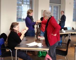 Augen zu und Hände an das Objekt! Wie wichtig für sehbehinderte und blinde Menschen das Betasten von Objekten ist, konnte das Museumsteam am eigenen Leib erfahren.