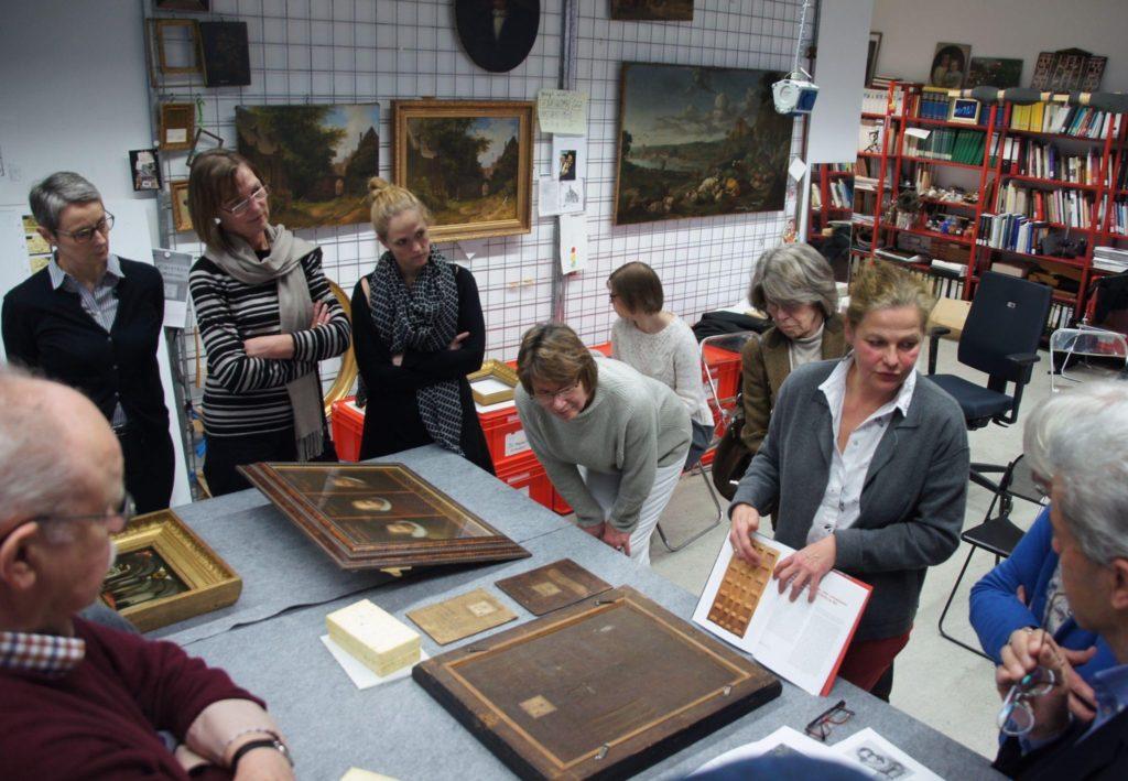 historisches museum frankfurt: Schulterblick bei der Gemälderestauratorin