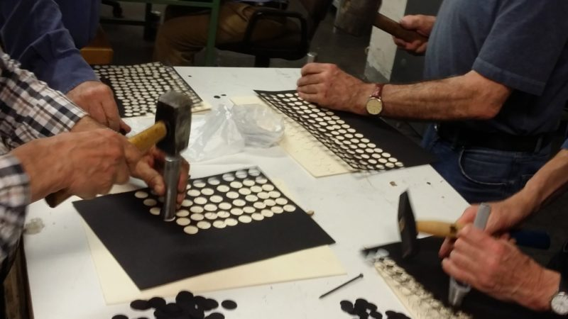 historisches museum frankfurt: die numismatische Gesellschaft hilft: beim Ausstanzen der Ronden