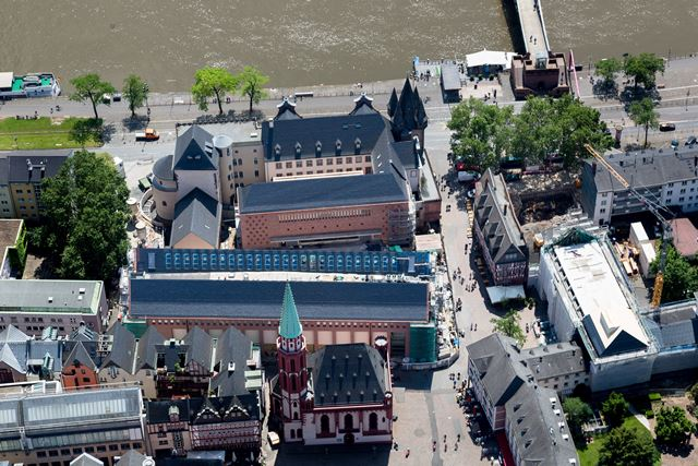 historisches museum frankfurt: HMF-Quartier mit Ausstellungshaus-Eingangsbau-Saalhof von Norden © HMF Foto Robert Metsch