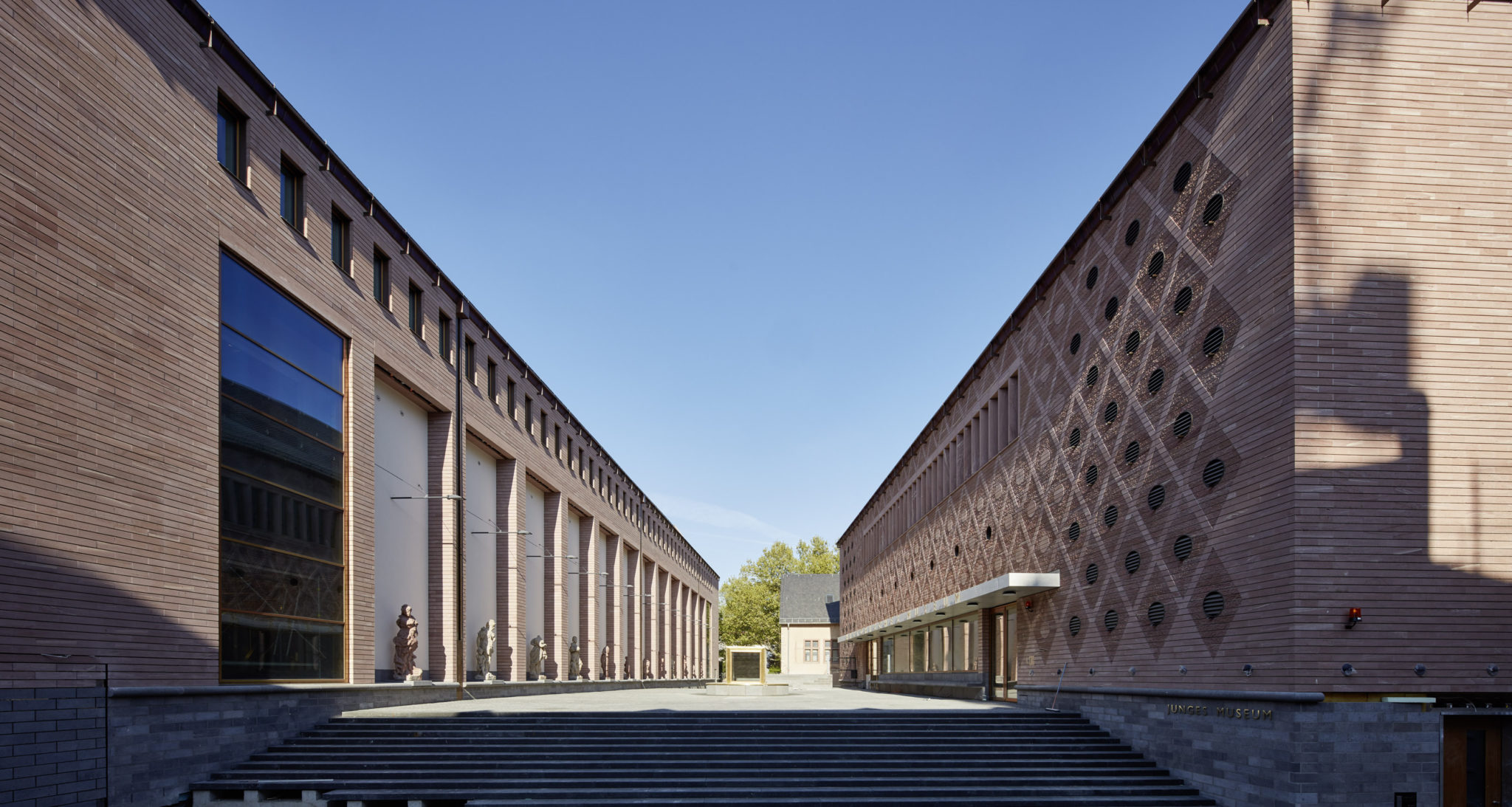 Museumsplatz mit Ausstelungshaus und Eingangsbau © Stadt Frankfurt LUMEN