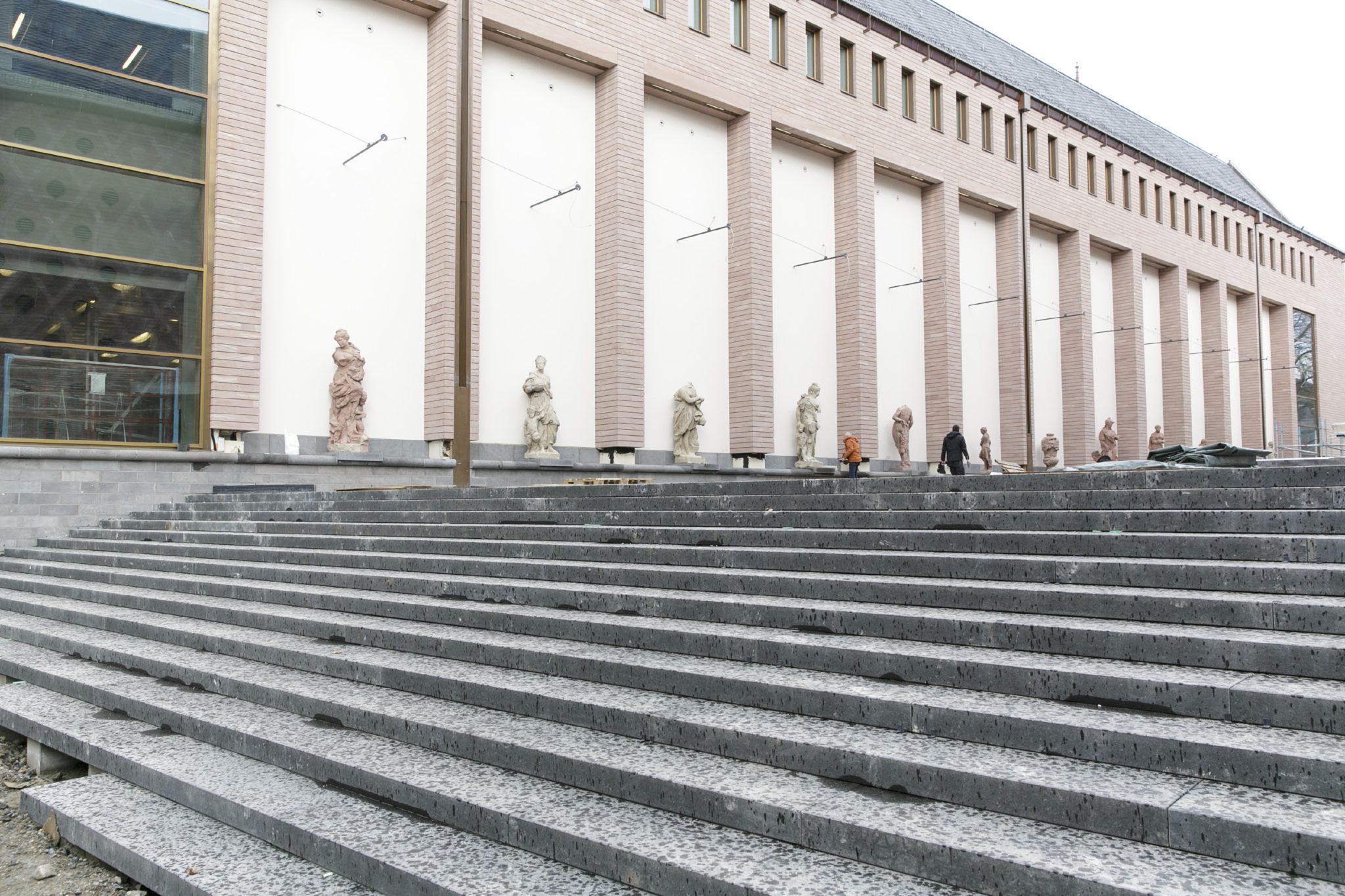 historisches museum frankfurt: Treppe zum Museumsplatz mit Skulpturengalerie im März 2017 © HMf/S.Koesling
