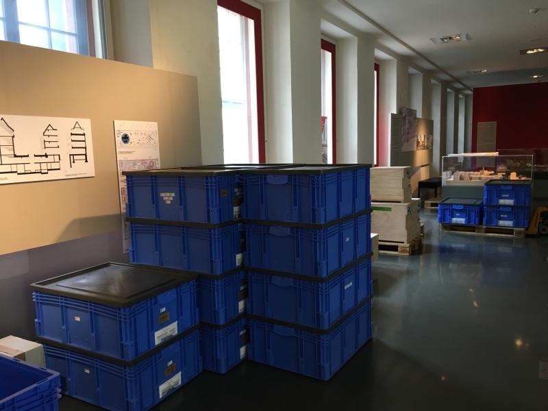 Kisten über Kisten um unser Treunermodell sicher in den Neubau transportieren zu können.
