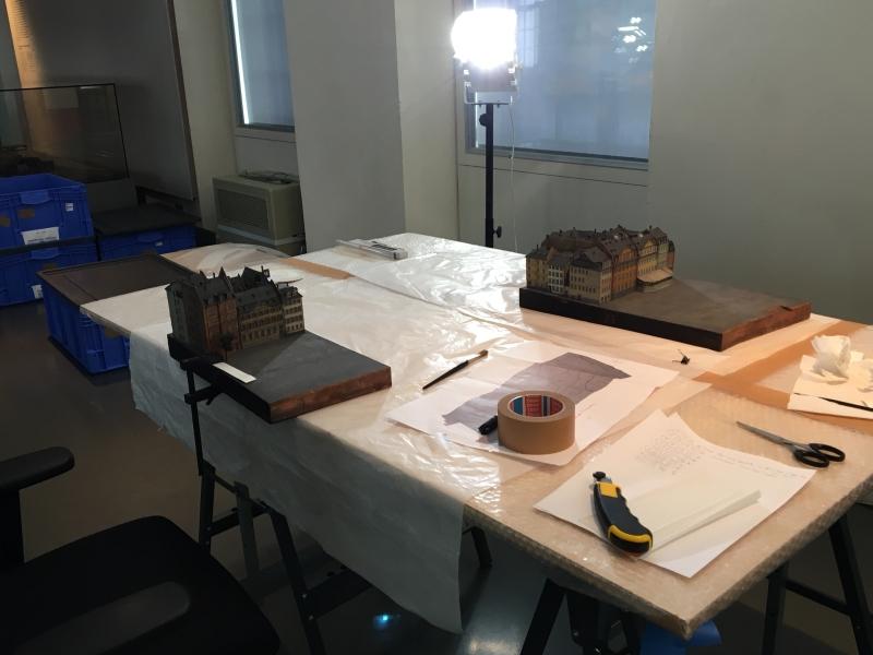 Hier noch in der Vorbereitung, später wurden dann auf so einem Tisch die Aufnahmen der Einzelteile gemacht.