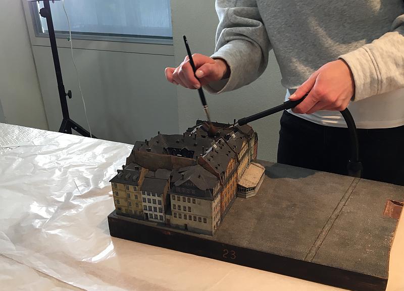 Auch unsere FSJ'lerin hilft wie immer tatkräftig mit. Hier mit Pinsel und Handstaubsauber. Historisches Museum Frankfurt