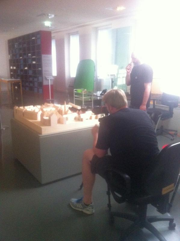 Historisches Museum Frankfurt: Das Team bevor der Raum verdunkelt wurde. Im Hintergrund der Greenscreen.
