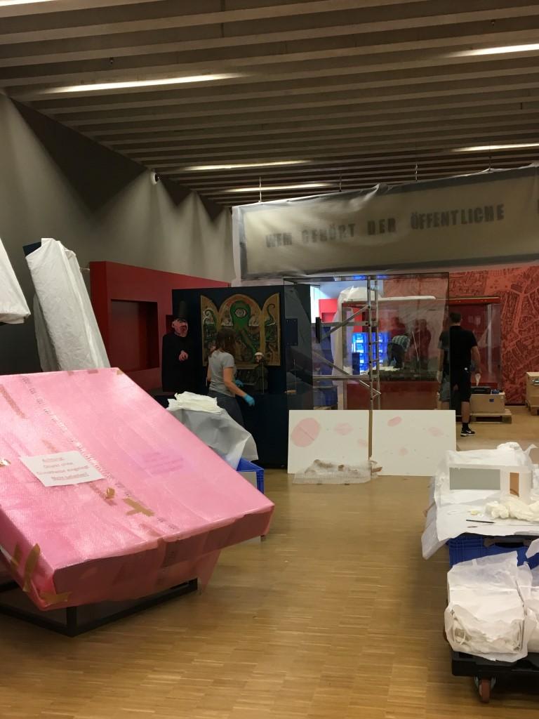 historisches museum frankfurt: die Fahnengalerie ist noch eingepackt
