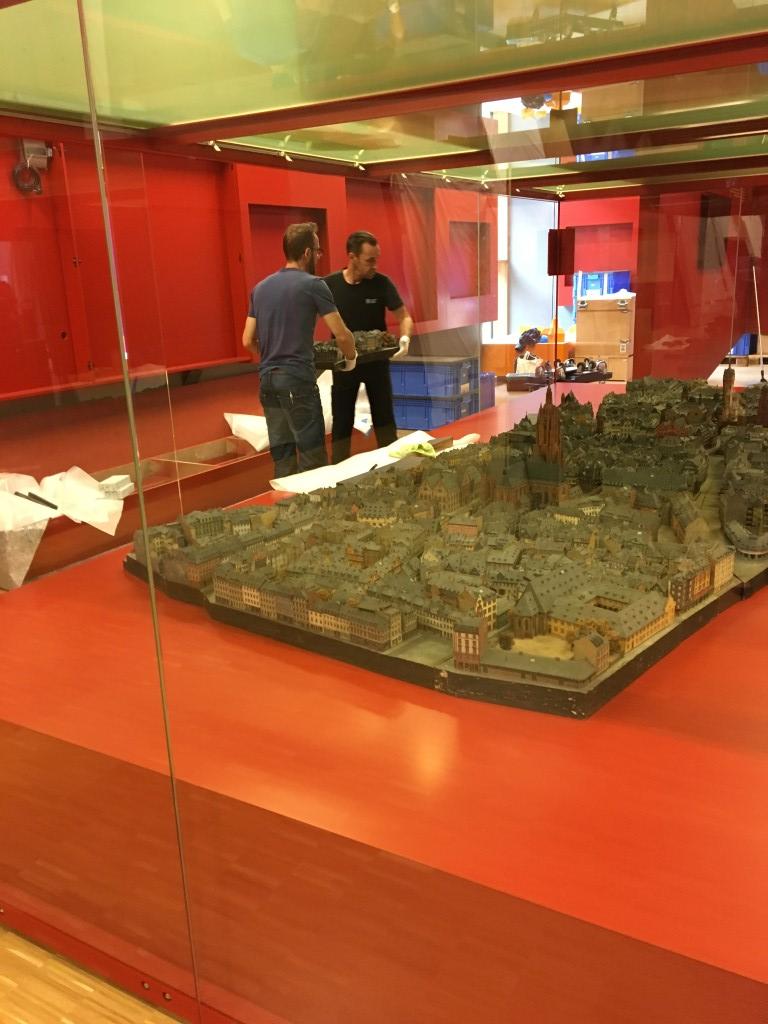 historisches museum frankfur: das Altstadtmodell der Treuners wird eingebracht