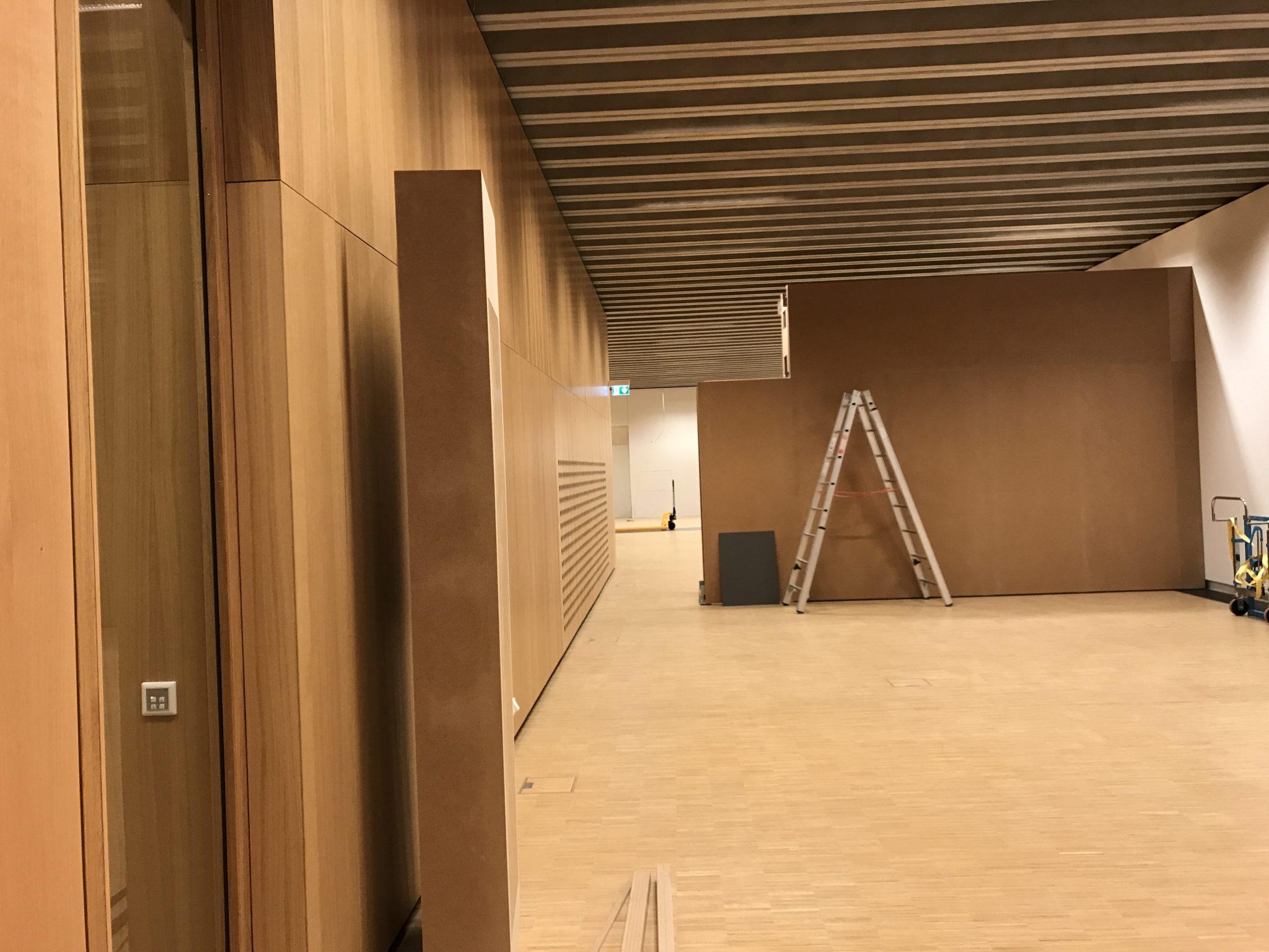 """Für """"The making of HMF"""" wird der Sonderausstellungsraum geteitl und nur der westliche Teil hinter der Stellwand bespielt."""