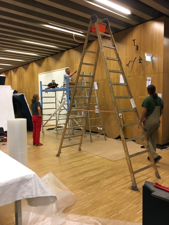 Historisches Museum Frankfurt: Frankfurt Einst? - die Schuetzenscheiben werden montiert