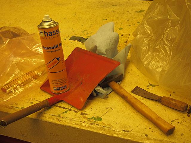 Mit Spachtel, Hammer, Feile und Hassolit werden die Teile der Luftmine gereinigt