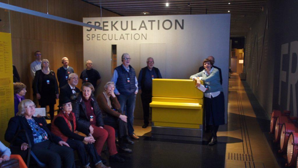 Szene im Museum mit Besuchern! Kuratorinnenführung in Frankfurt Einst?
