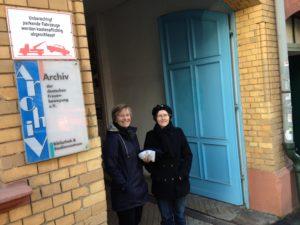 Das Projektteam steht vor dem Eingang des Archivs in Kassel