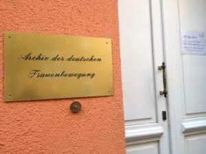 Im Hinterhof: Die Eingangstür zum Archiv